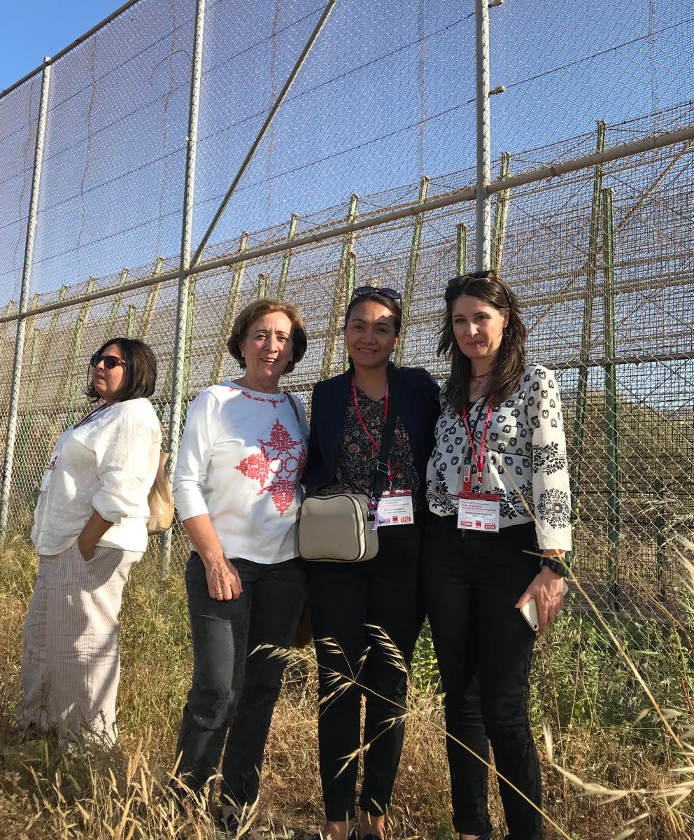 Genevieve Gencianos (PSI) con colegas de Comisiones Obreras (CC.OO) en la visita al Muro fronterizo de Melilla.