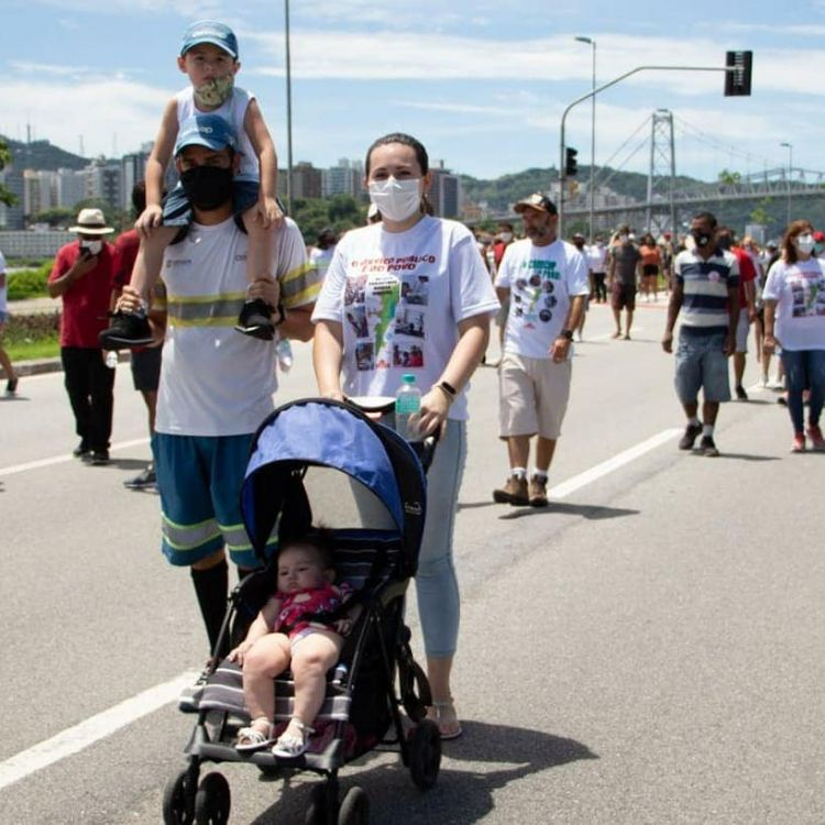 On Sunday, January 31st, workers' families and part of the population organized a big march across the streets of Florianópolis, Santa Catarina's capital.