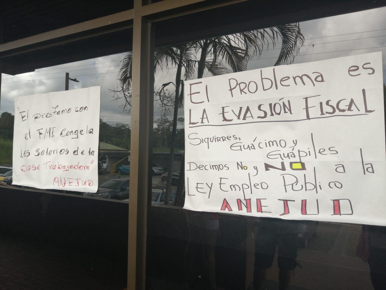 Trabajadorxs del Poder Judicial colocan carteles en las puertas de ingreso de los edificios judiciales para mostrar su rotunda oposición al proyecto de ley y mostrar a la ciudadanía sus efectos. Foto: ANEJUD
