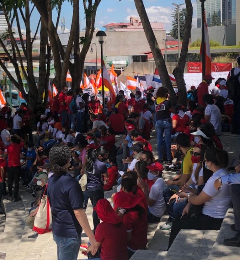 Trabajdorxs afiliadxs al SITUN y organizaciones de BUSSCO protestan en las afueras de la Asamblea Legislativa contra el Proyecto Ley Marco de Empleo Público. Foto: SITUN